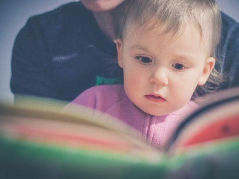 enfant qui apprend à lire