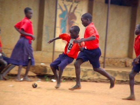 enfants africains jouant au foot