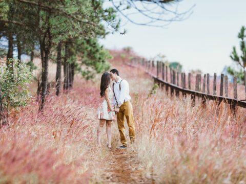 couple sur un chemin de forêt