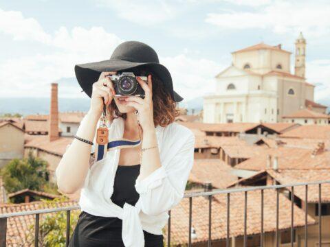 femme prenant une photo