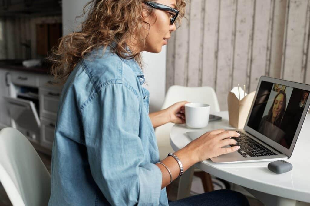 Femme discutant sur ordinateur, relation longue distance