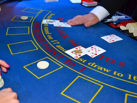 une table de blackjack bleu